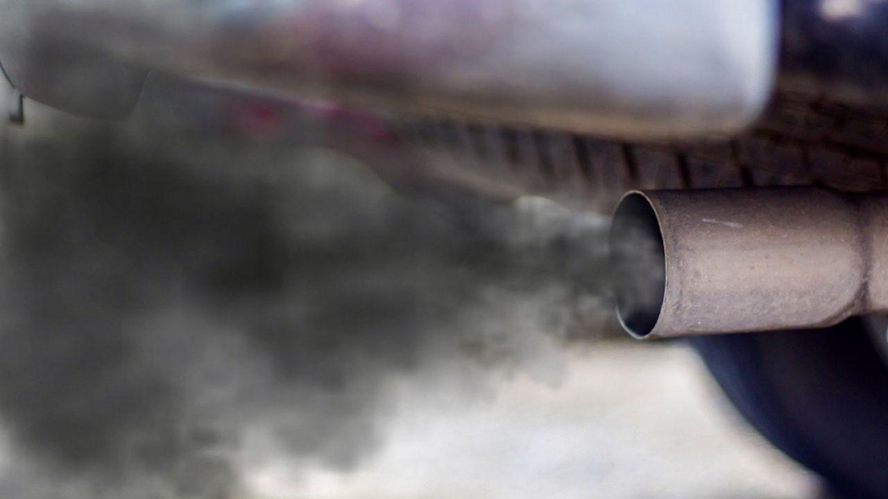 Z rury wydechowej zaczęły wydobywać się kłęby czarnego dymu (fot. Shutterstock/Ody_Stocker, zdjęcie ilustracyjne)