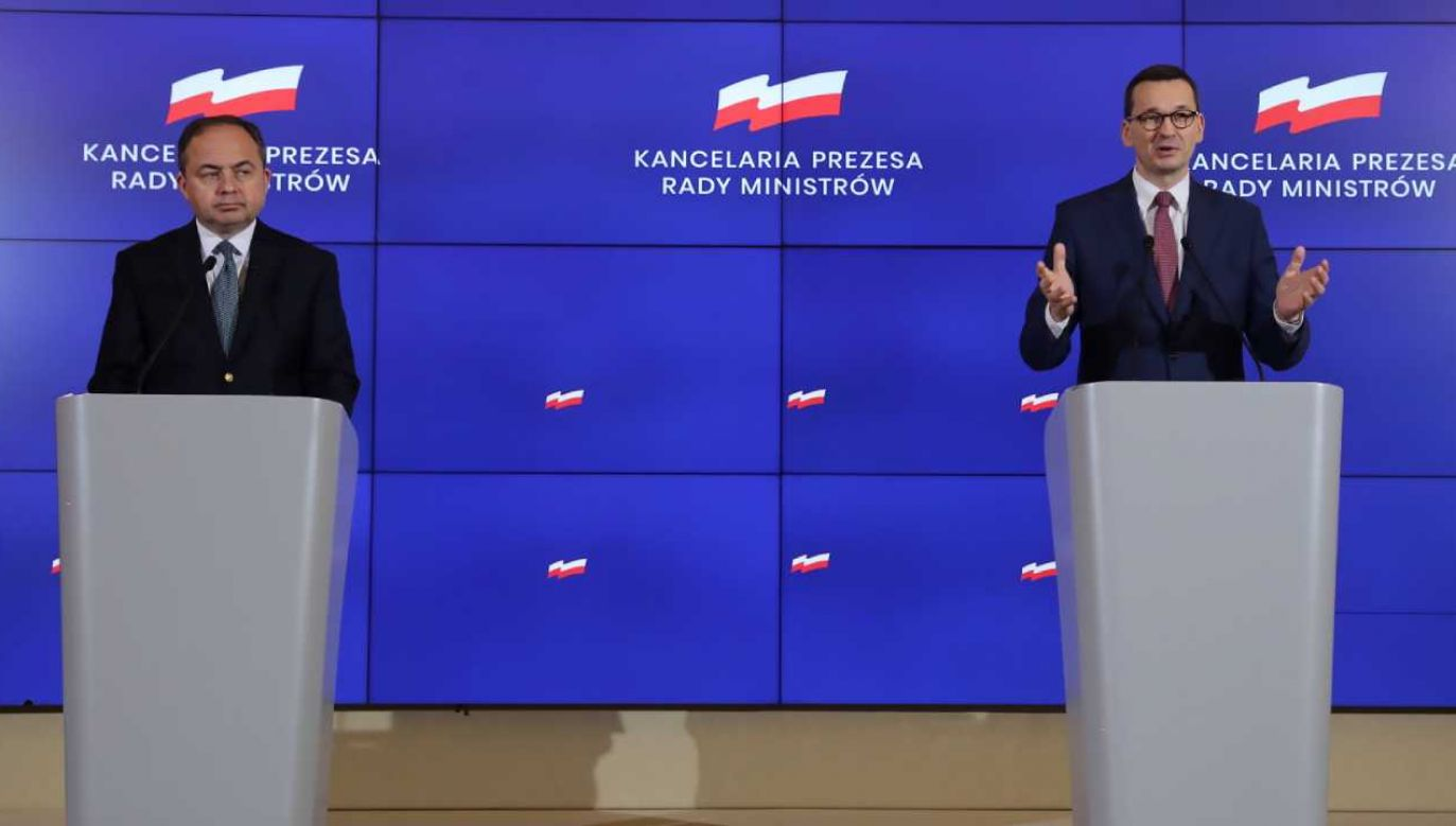 Premier Mateusz Morawiecki (P) oraz minister do spraw Unii Europejskiej Konrad Szymański (L) p(fot. PAP/Tomasz Gzell)