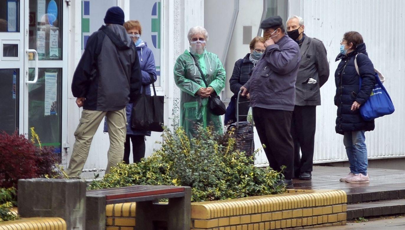 """Pieniądze są wcześniej przeliczane komisyjnie w placówkach pocztowych"""" (fot. PAP/Marcin Bielecki)"""