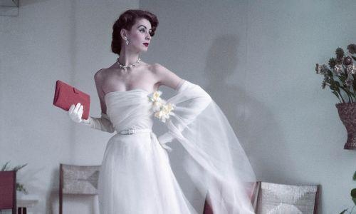 W latach 50. Christian Dior projektował kreacje z wielkimi dekoltami, pod którymi modelki nie miały nic. Teoretycznie. Fot. Frances McLaughlin-Gill/Condé Nast via Getty Images