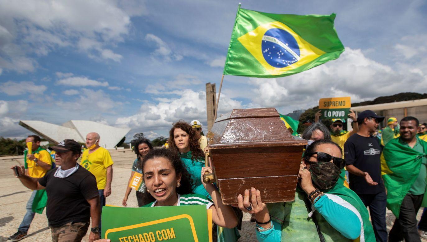 Na koronawirusa w Brazylii zmarło 19 tys. (fot. PAP/EPA/Joédson Alves)