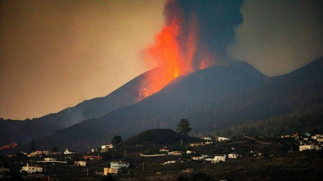 Eksperci wskazują, że ta erupcja jest coraz bardziej nietypowa (fot. Kike Rincon/Europa Press/Getty Images)