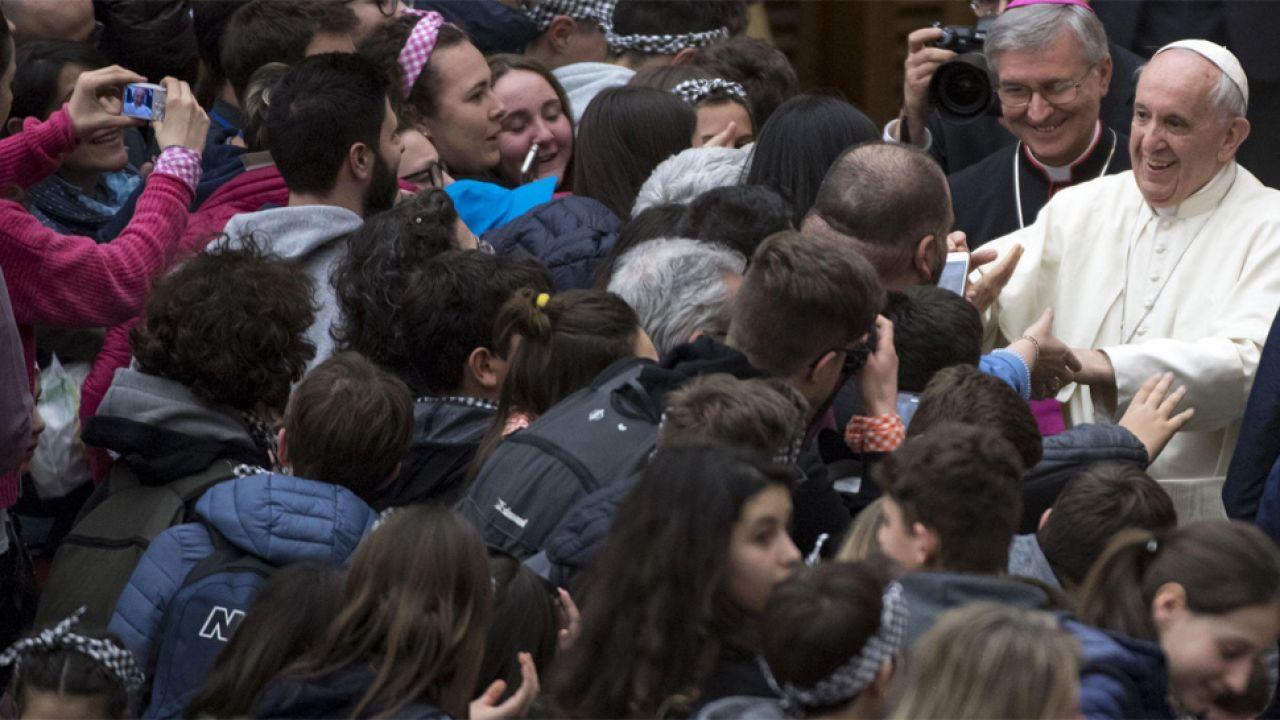 Papież Franciszek uważa, że rozwodnicy powinni móc przyjmować komunię (fot. PAP/EPA/CLAUDIO PERI)
