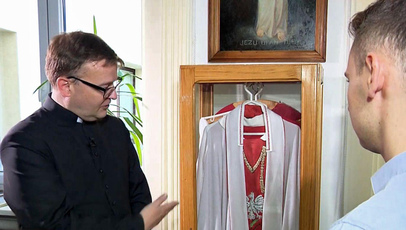Ornat bł. ks. Jerzego Popiełuszki, w którym odoprawiał Msze za Ojczyznę (fot. TVP Info)