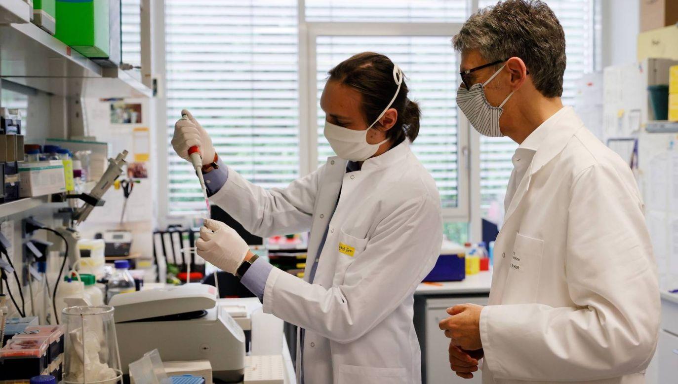 Naukowcy z wielu ośrodków badawczych pracują nad nową szczepionką (fot. EPA/RONALD WITTEK