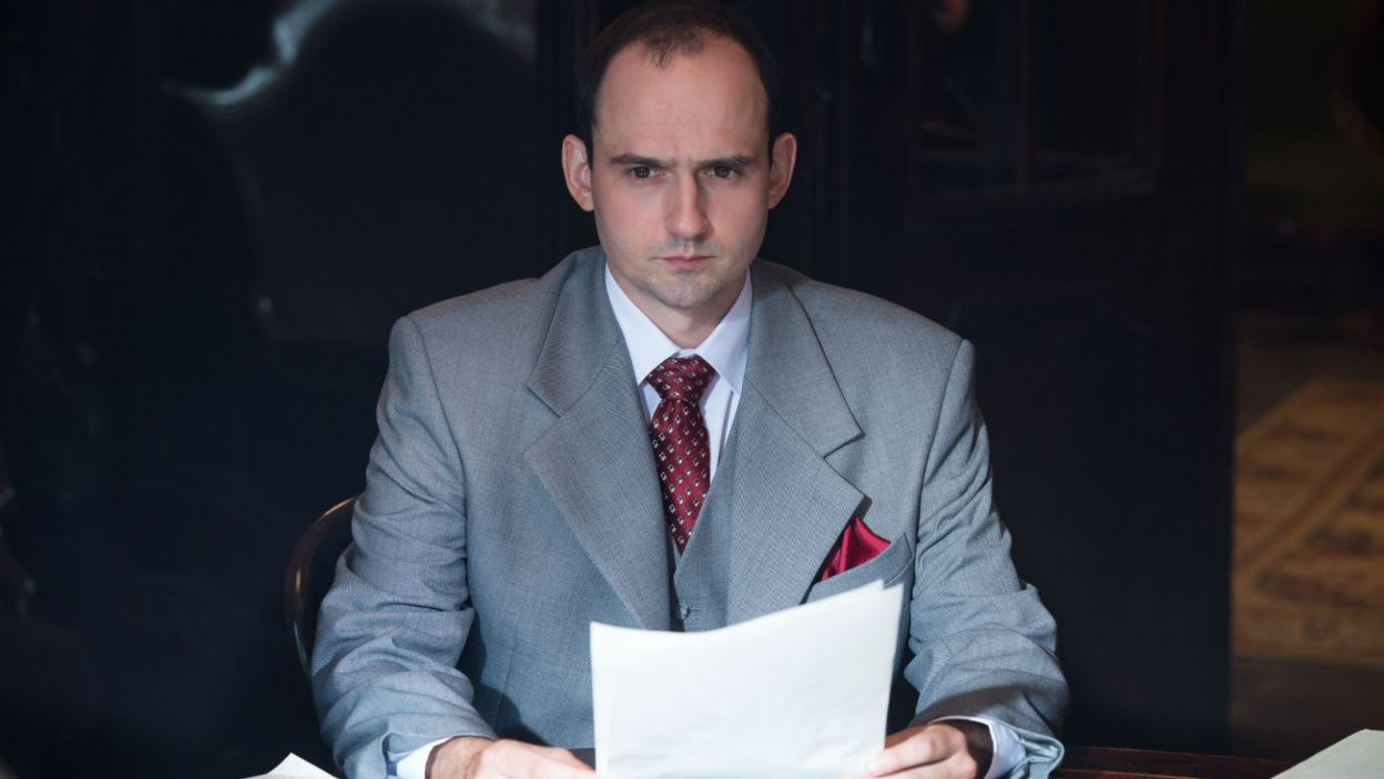 Jeremiego Przyborę, który w tamtym czasie był spikerem, zagrał Mateusz Weber (fot. Jan Bogacz/TVP)