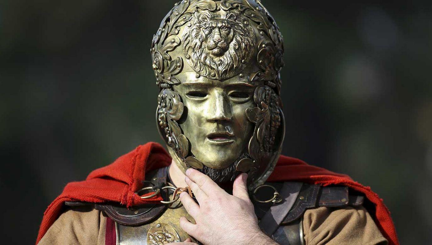 Członek rzymskiej grupy historycznej przebrany za centuriona (fot. REUTERS/Alessandro Bianchi)