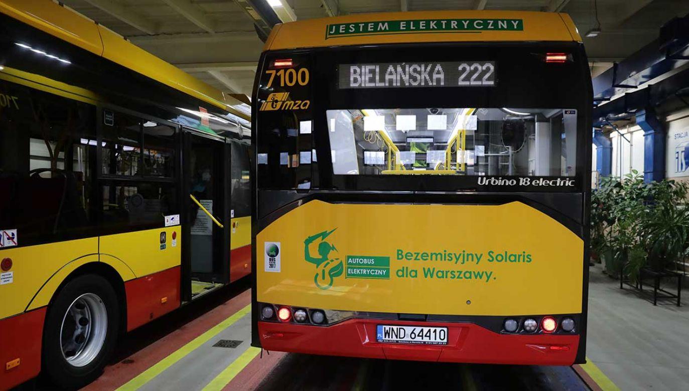 Autobus elektryczny Urbino 18 electric firmy Solaris w zajezdni MZA przy ul. J. P. Woronicza w Warszawie (fot. arch. PAP/Tomasz Gzell)