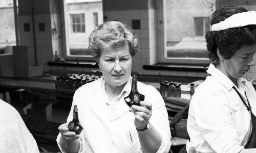 """Kraków, 6 listopada 1986 r. Fabryka Kosmetyków Miraculum. Na zdjęciu pracownicatrzyma flakoniki perfum """"Pani Walewska"""". Fot. PAP/Jerzy Ochoński"""