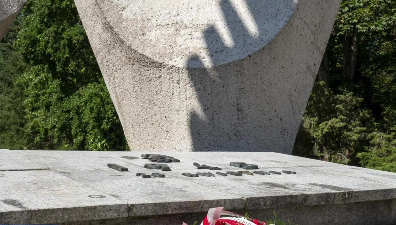 Przed pomnikiem odsłoniętym z okazji rocznicy rewolucji październikowej złożono kwiaty (fot. TVP)