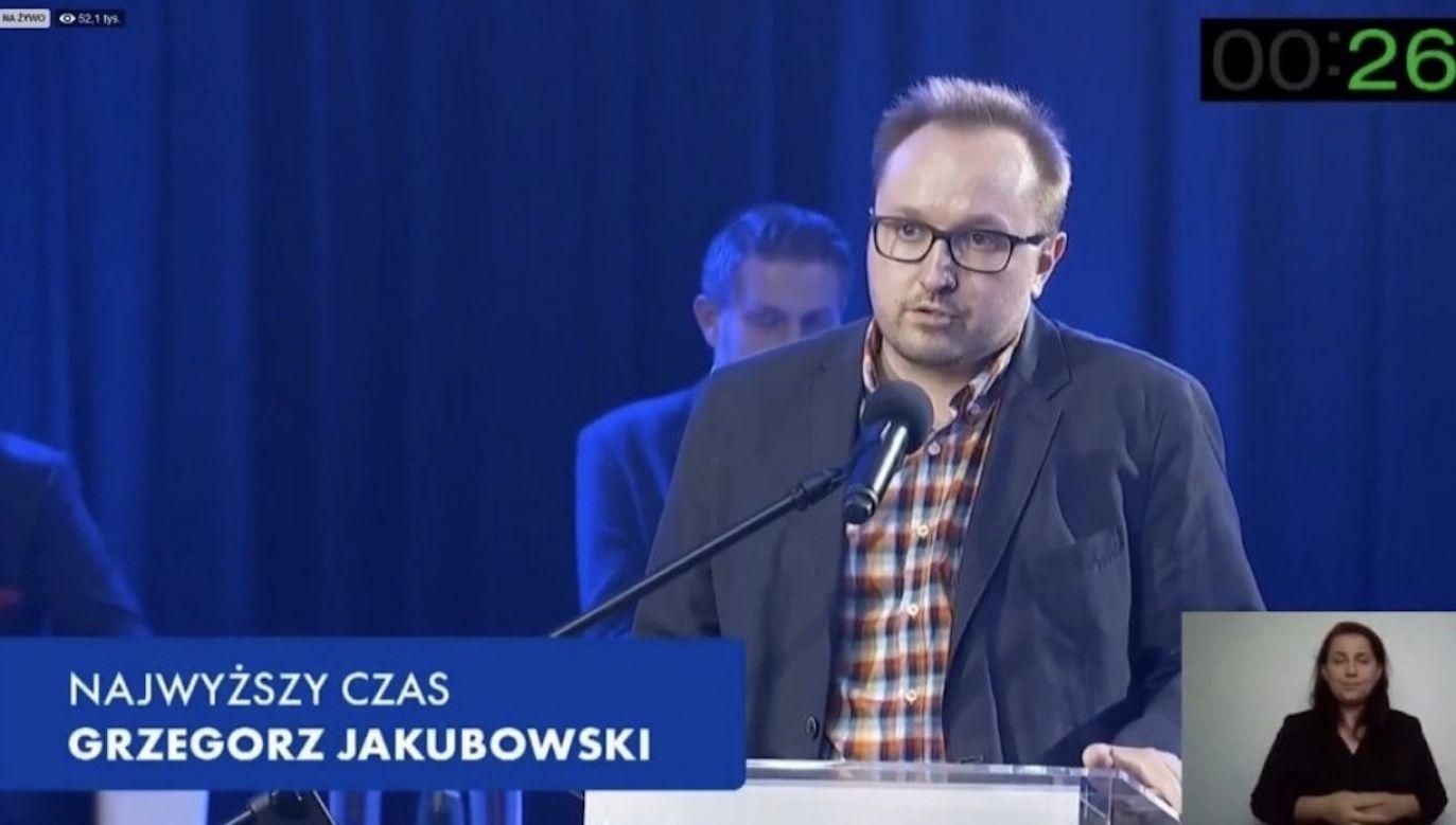 """Grzegorz Jakubowski zadawał pytania podczas  """"Areny Prezydenckiej"""" (fot. screen TVN24)"""
