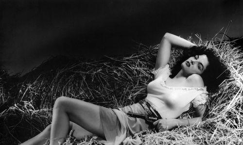 Wdzięki Jane Russel stały się inspiracją dla Howarda Huge, konstruktora samolotów. Aktorka na planie filmu w 1943 roku. Fot.Donaldson Collection/Getty Images