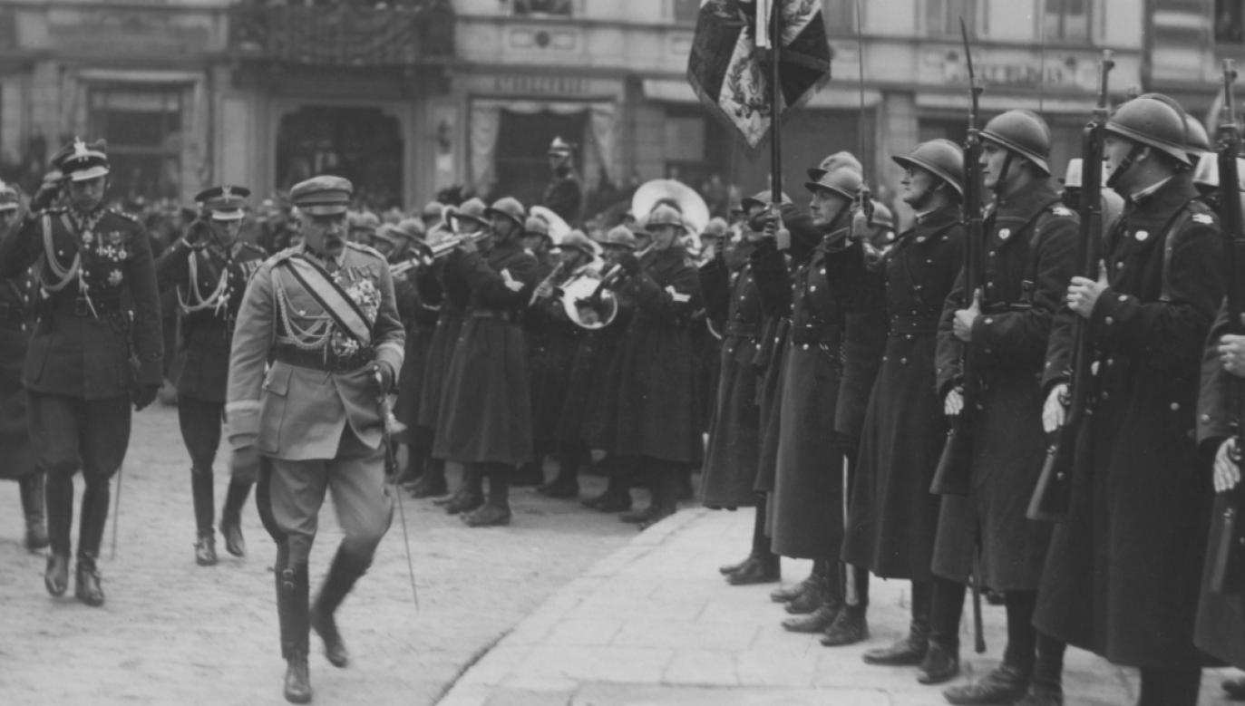 Marszałek Józef Piłsudski w towarzystwie m.in. ppłk. Józefa Becka dokonuje przeglądu oddziałów Szkoły Podchorążych, 11 listopada 1927 toku (fot. NAC)