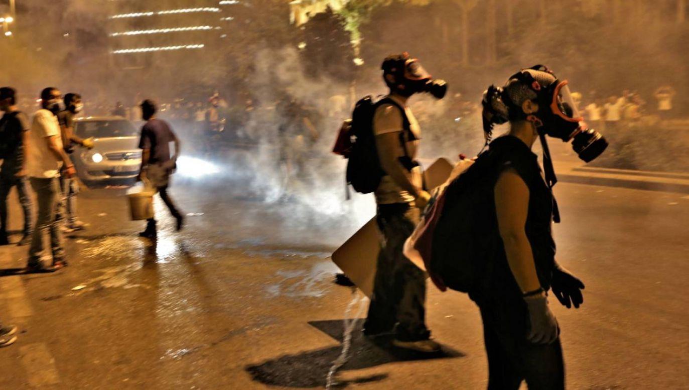 Żołnierze siłą przepędzili tłumy z placu Męczenników, gdzie zaczęły się protesty (fot. PAP/EPA/NABIL MOUNZER)
