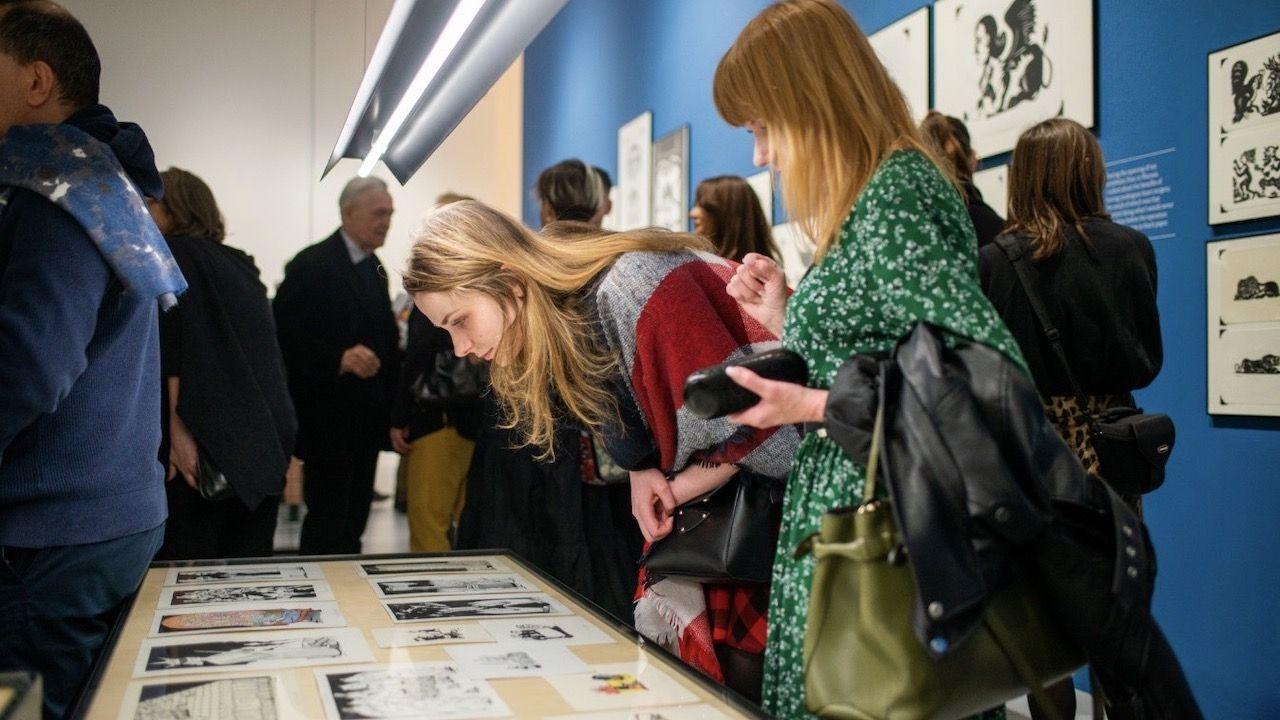 """Na wystawie pokazano rysunki powstałe podczas trzydziestoletniej współpracy artysty z brytyjską gazetą """"The Guardian"""" (fot. Dominika Kucner/Zachęta)"""