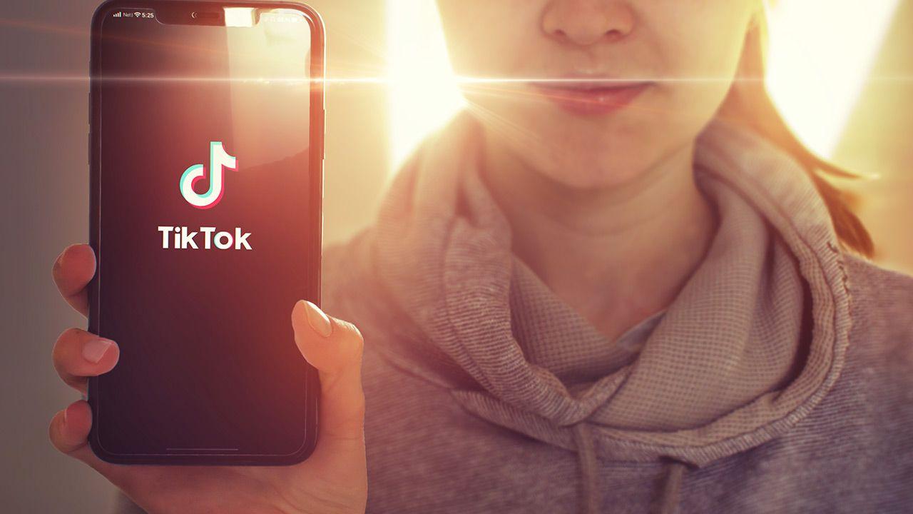 Tiktokerzy przesyłają wiadomości do losowo wybranych odbiorców (fot.Shutterstock/Tashatuvango; zdjęcie ilustracyjne)