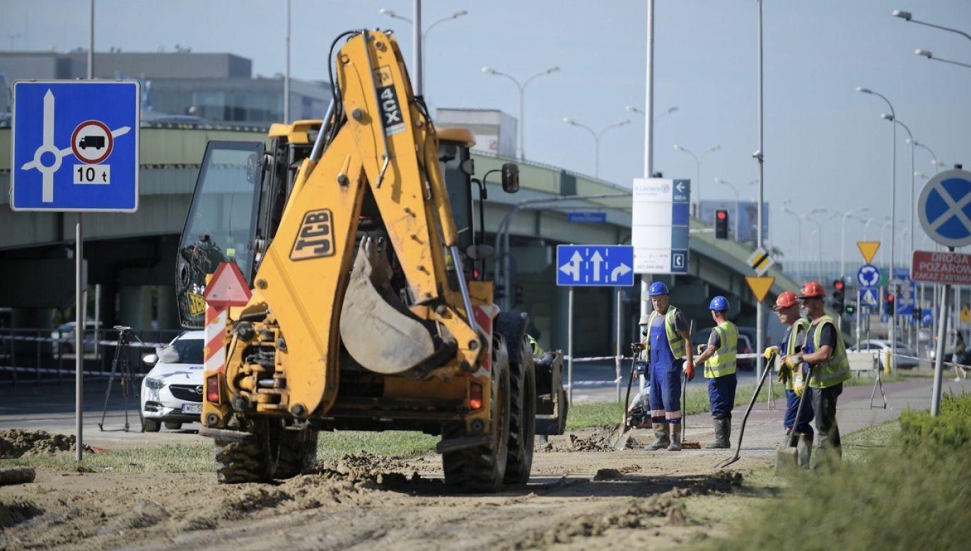 Prace przy usuwaniu awarii wodociągowej na warszawskich Włochach (fot. PAP/Marcin Obara)