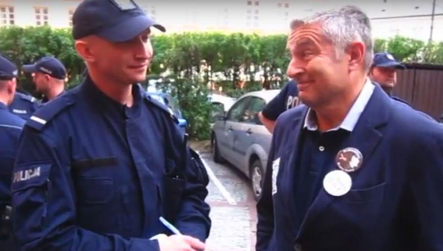 Władysław Frasyniuk droczy się z policjantem, który próbuje go wylegitymować (fot.youtube/Konrad Dams II)